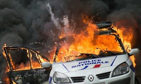 877529-une-voiture-de-police-incendiee-par-des-manifestants-anti-police-a-paris-le-18-mai-2016